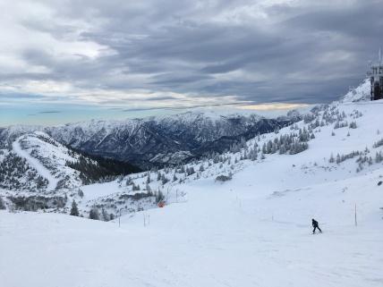 Laura leert skiën.