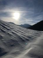 Veel wind zorgt voor een golvend sneeuwlandschap.