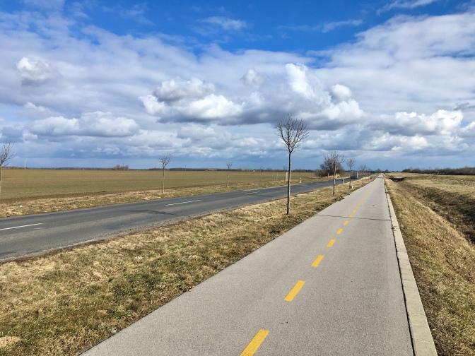 Soms zijn de fietspaden in Hongarije van heel goede kwaliteit.
