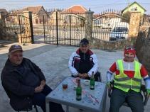Welkomstdrink in Roemenië met Claudiu en twee locals.