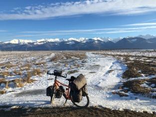 Met de fiets door een mooi winterlandschap.