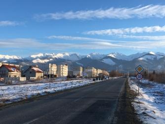 (Arm) stadje naast de bergen.