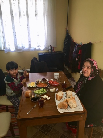Ontbijt met mama en neefje van Anil.