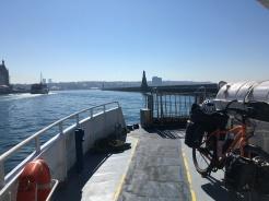 Op de boot! Fietsen over de brug is niet toegelaten.