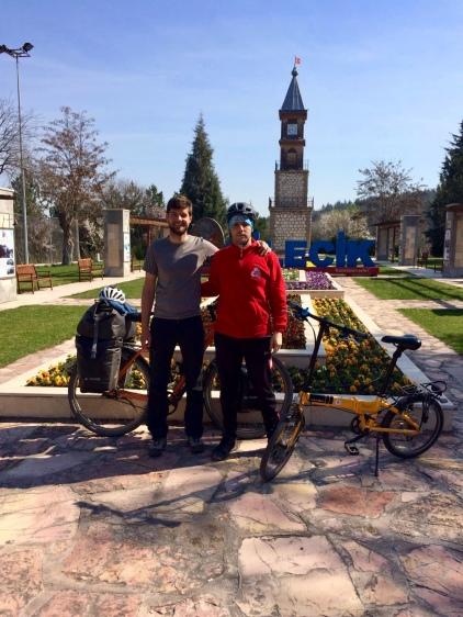 Met Hakan voor de 'clock tower' van Bilecik.