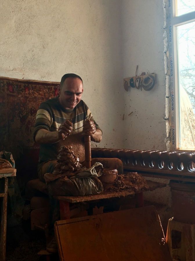 Vriend van Arif, maakt keramiek.
