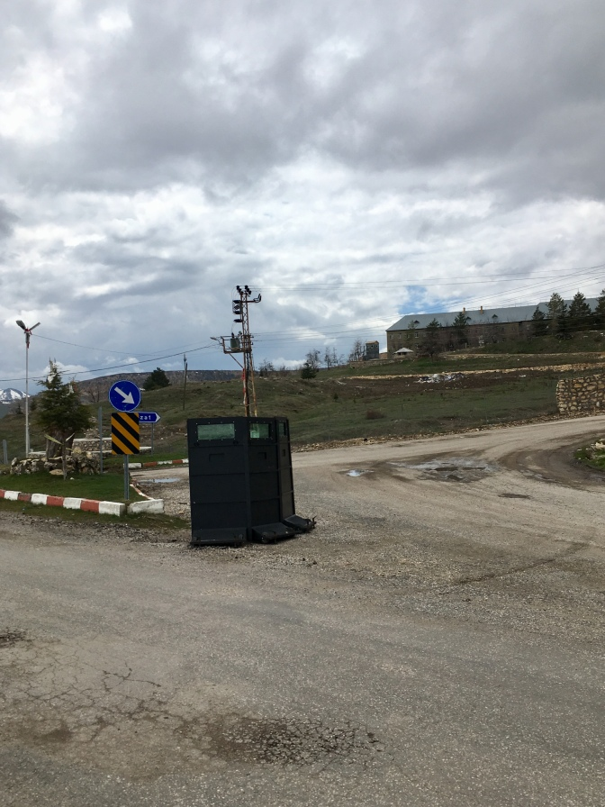 Militaire versterkingen bij ingang dorp.
