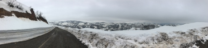 Nog veel sneeuw daarboven, maar mooi geruimde weg.