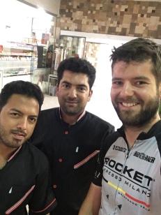 De mannen van het winkeltje en het restaurant.