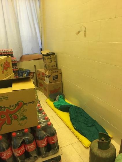Slaapplaats in stockageruimte. Beter dan buiten in de tent in de storm.
