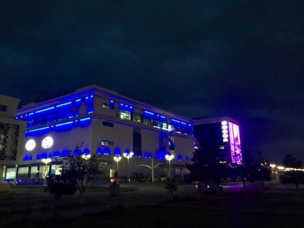 Mooi verlicht shoppingcenter.