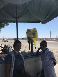 Verkoopsters van frisdrank en cola naast de weg.