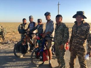 Oezbeeks leger, een muurte aant metsen.