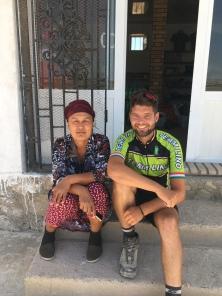 Onderweg richting Samarkand bij een shop.