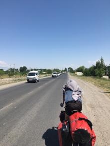 Daewoo busjes overal. Op weg met Pierre en Victor richting Tadjikistan.