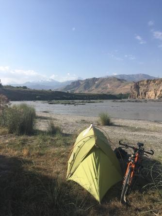 Eerste kampeerplaats in Tadjikistan. Blij om weer in de bergen te zijn.