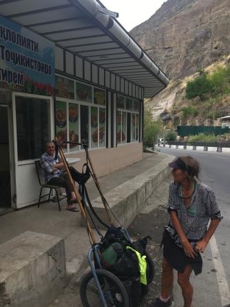 Loretta, al lopend door Tadjikistan.