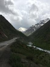 Op naar de eerste bergpas in Tadjikistan en storm op komst.