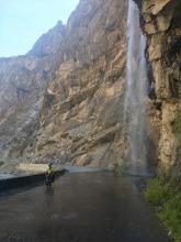 Waterval op de weg.