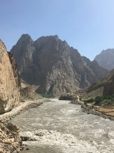 Panj rivier. Rechts: Afghanistan, Links: Tadjikistan.