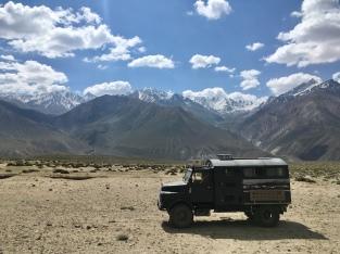 Eén van de vele Duitse voertuigen in de Pamir.
