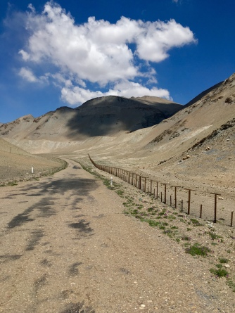 Tadzjieks grenshek met het niemandsland tot China.