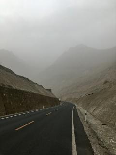 Ergens verscholen in de mist zijn er bergen.