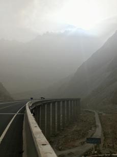 De oude Karkarom Highway (KKH) onder. De nieuwe boven.