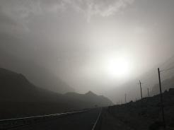 De zon probeert door de stoffige mist te komen.