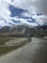 Laatste foto in China (vanuit de bus), op top van de Khunjerab Pass.