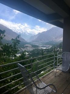 Zicht vanuit guesthouse op de Hunza rivier met Rakaposhi.