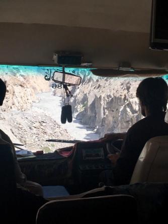 Zicht vanuit de bus op de Indus rivier.