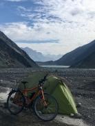 Kamperen aan Satpara lake.