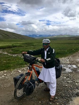 Pakistanen en hun liefde voor mijn helm en fiets.