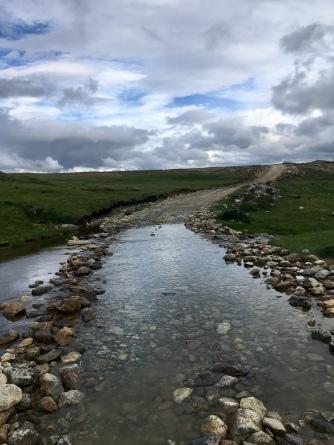 In Pakistan moest ik regelmatig door water en rivieren fietsen.