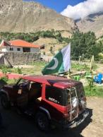 Vlaggen van Pakistan zie je oooooveral op vele wagens en brommers.