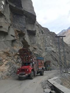 De typische Pakistaanse vrachtwagens.