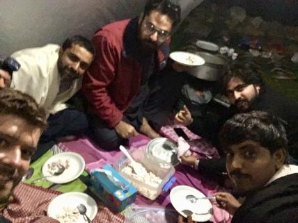Uitgenodigd voor het avondeten in een tent, alvorens weggestuurd te worden door de politie.