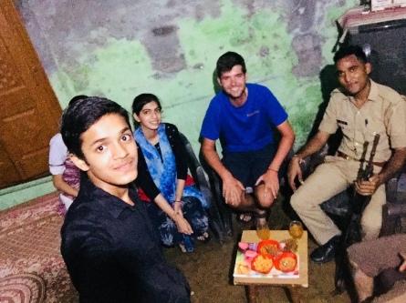 Uitgenodigd bij een Indische familie.