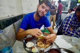Lichtjes beschonken Nacho geniet van het heerlijke Indisch eten.