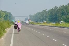 Gevolgd door een Indiër op de fiets