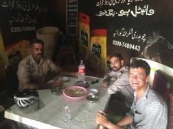 Lunch met de Pakistaanse politie.
