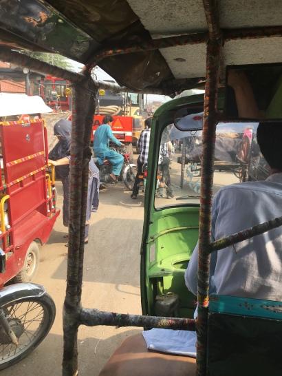 In de rickshaw.