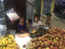 Kinderen verkopen fruit.