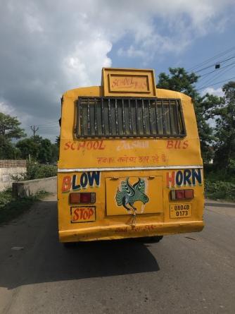 'Blow horn', 'Please honk', overal terug te vinden op de bussen en vrachtwagens in India.