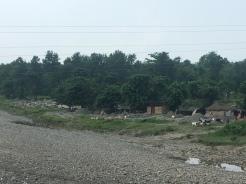 Hutes langs de rivier.