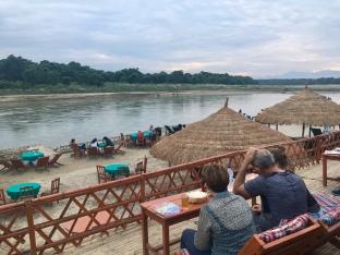Genieten van de zonsondergang aan de rivier in Chitwan.