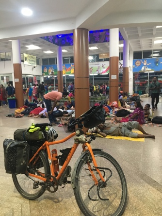 Zo ziet elk station in India eruit: slapende mensen.