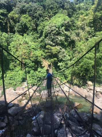 Nacho op een suspension bridge.