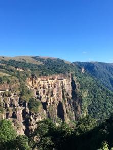 Landschap in Meghalay: plateau eindigt met schitterende rotsen.